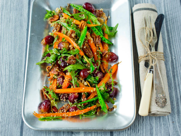 Bakt gulrotsalat med druer og nøtter
