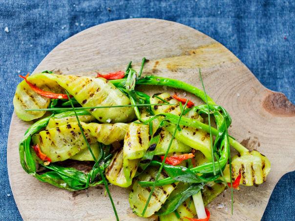 Grillet salatagurk med vårløk, gressløk og grillet chilidressing