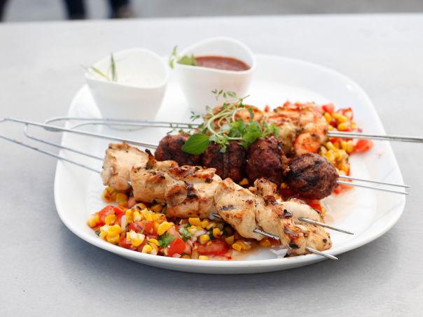 Grillspyd med kylling, kjøttboller, kongereker og maissalat