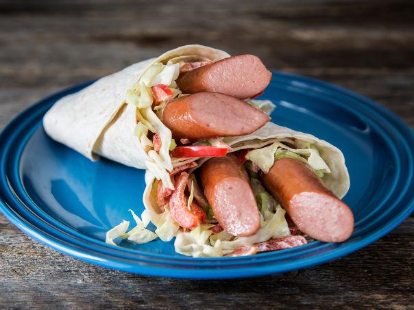 Wraps med pølse og kålsalat