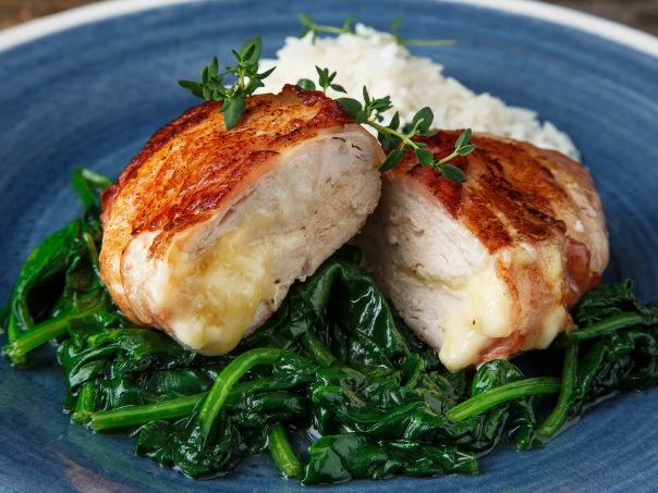 Baconsurret kyllingfilet med spinat