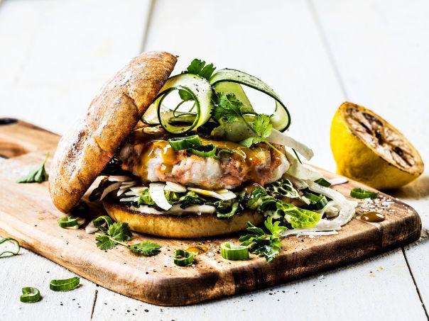 Ørret- og torskeburger med hjertesalat