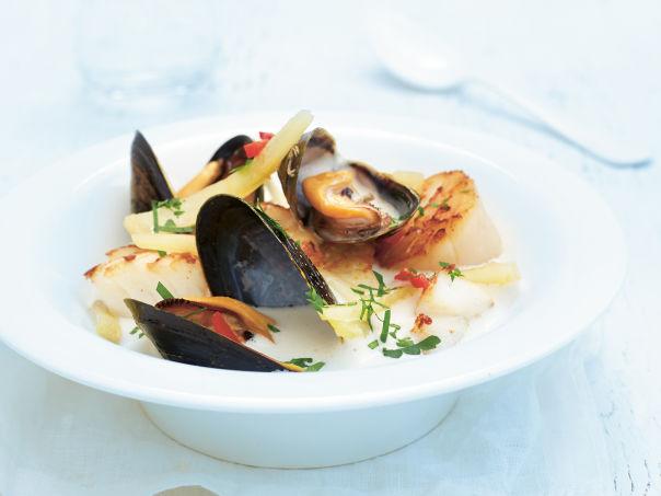 Kremet fiskesuppe med blåskjell, torsk og kamskjell