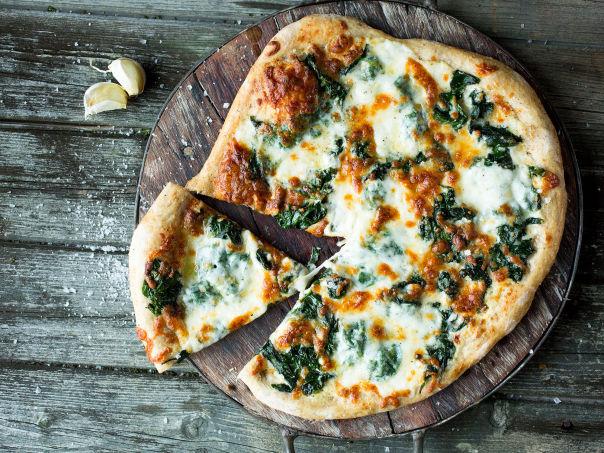 Hjemmelaget pizza med crème fraîche og spinat