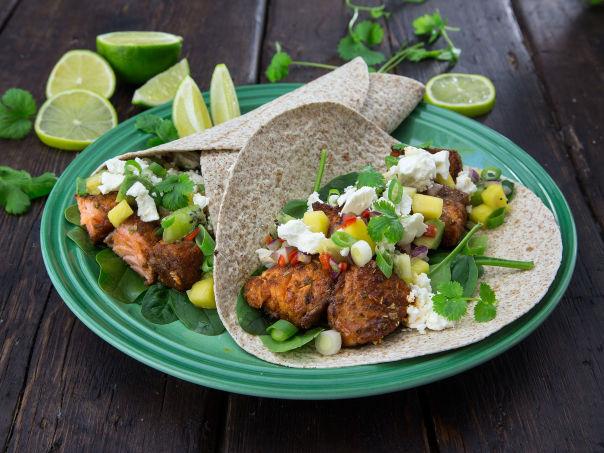 Taco med laks, spinat, frisk salsa og fetaost