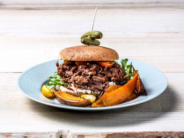 Pulled Pork Burger med BBQ-saus og coleslaw