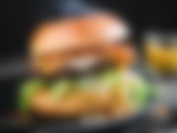 Klassisk angusburger med cheddar, bacon og sprøstekt løk