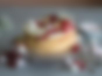 Klassisk kremkake pyntet med bær og makroner
