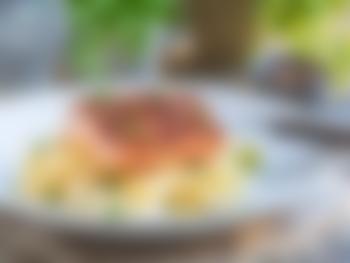 Ovnsbakt laks med pasta og erter