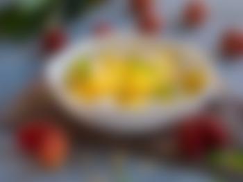 Eksotisk fruktsalat med litchi og hasselnøtter
