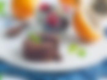 Sjokoladefondant med bær- og grenadillasalat