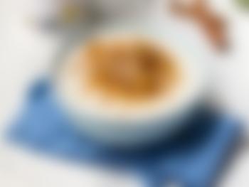 Yoghurt med eplemos, kanel og ristede havregryn