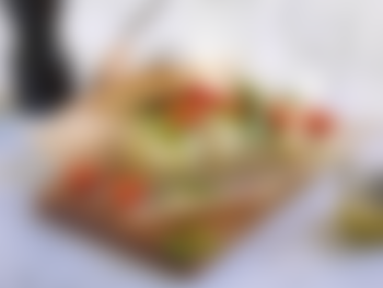 Focaccia med mozzarella, tomat og pesto