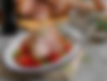 Helstekt lammelår med bakte tomater og tzatziki
