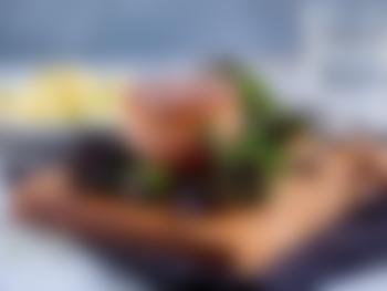 Baconsurret indrefilet med rosettkål og fløtegratinerte poteter