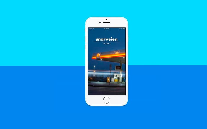 Telefon på blå bakgrunn med bilde av Snarveien-appen