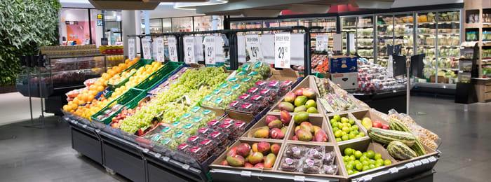 Fruktdisk på CC-mat med blant annet druer, epler, mango og lime