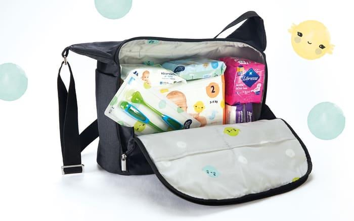 KIWI stellebag som blant annet inneholder bleier, våtservietter og bind