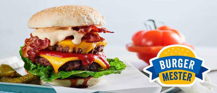 Saftig burger med kjøtt, ost, tomat, salat og burgerbrød