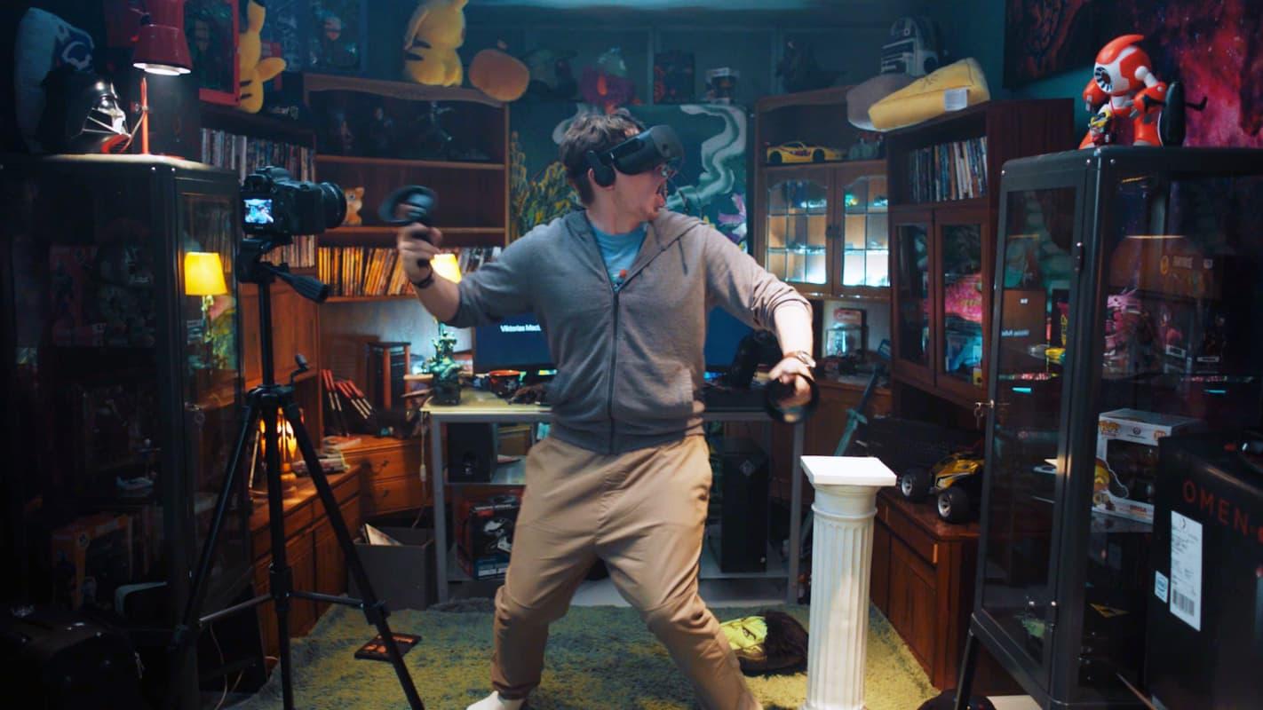 Gutt som står med VR-briller og ser seg rundt mens rommet rister