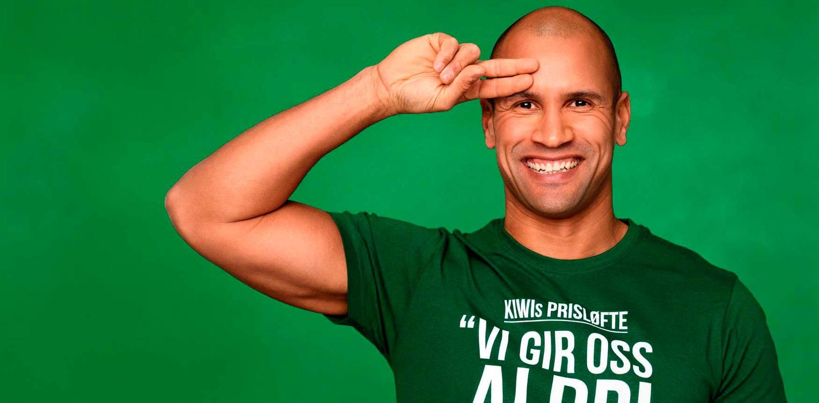 Mann med KIWI t-skjorte på grønn bakgrunn