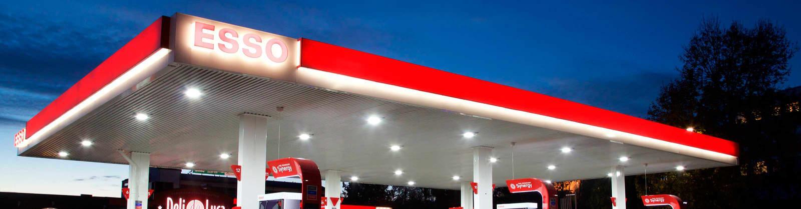 Esso-stasjon i nattemørket