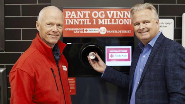President i Røde Kors, Robert Mood, sammen med SPAR-sjef, Ole Fjeldheim.