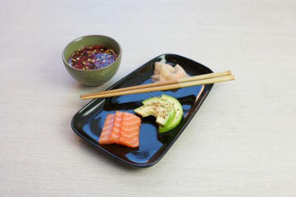 Sashimi med avocado og sesamfrø
