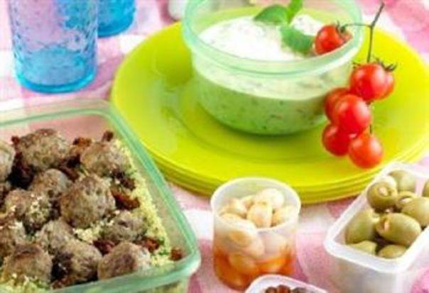 Lammekjøttboller med bulgursalat og yoghurtsaus