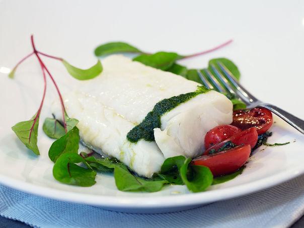 Trøffelmarinert skrei med tomatsalat og urteolje