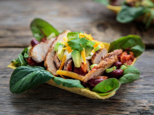 Grillet flintstek og barbecuebønner i tacotubs