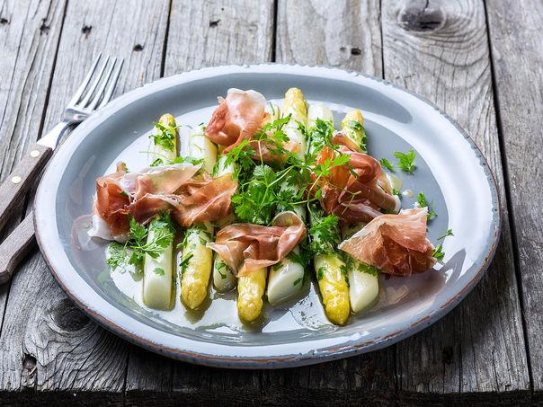 Smørkokte asparges med urter og spekeskinke
