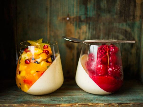 Panna cotta med bringebær- og pasjonsfruktsaus