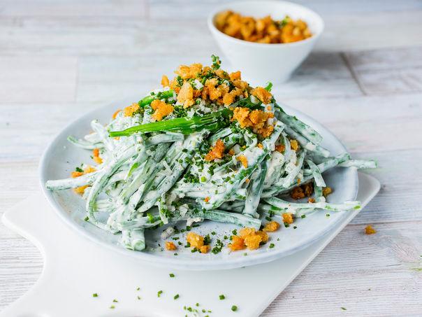 Kremet aspargesbønnesalat med hvitløksmuler