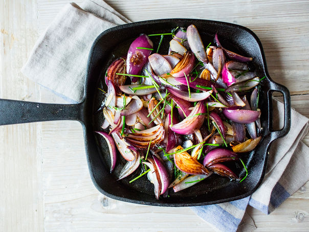 Saftig rødløk med hvitløk og timian