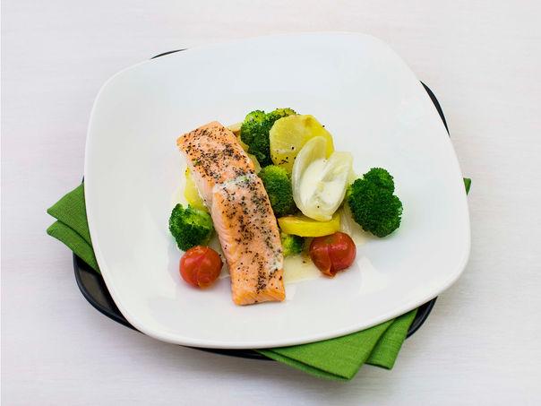 Ovnsbakt laksefilet med brokkoli og tomater