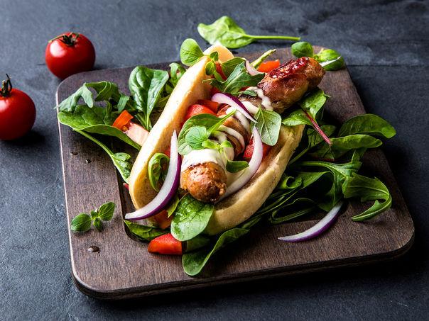 Lettrøkt nøkkelpølse med bacon og bluecheesesaus