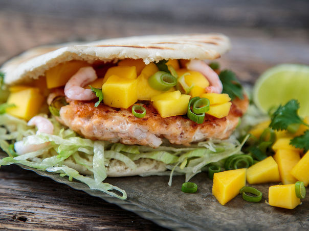 Laks- og rekeburger med mango og koriander