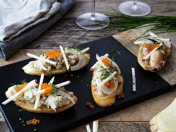 Crostini med krabbe, fennikel og eple