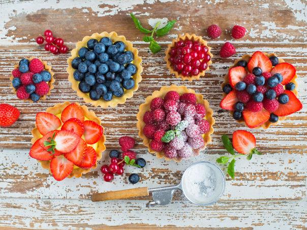Søte terter med vaniljekrem og friske bær