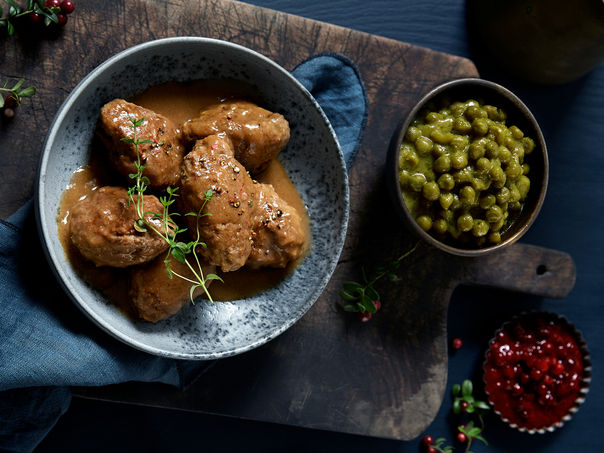 Kjøttkaker med brun saus og ertestuing