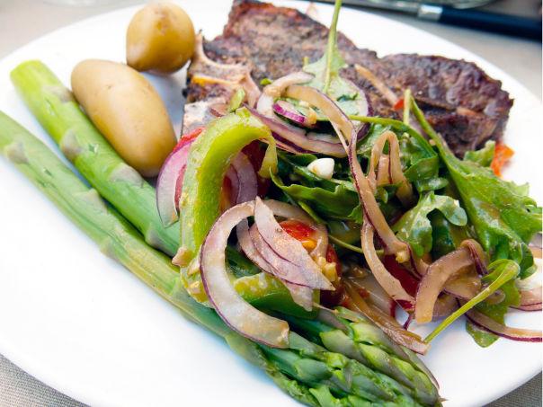 Alex Rosén sin T-bone steak med salat