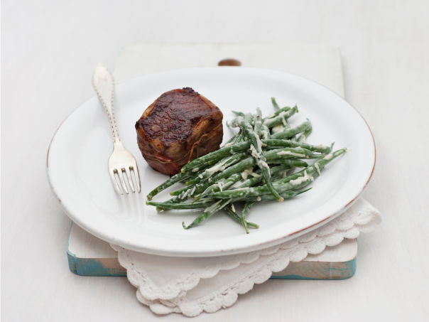 Baconsurret biff med aspargesbønnesalat