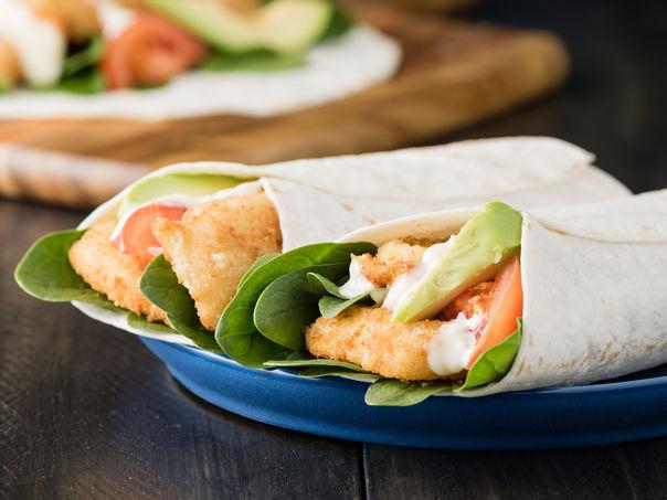 Wraps med hjemmelagde fiskepinner og urtedressing