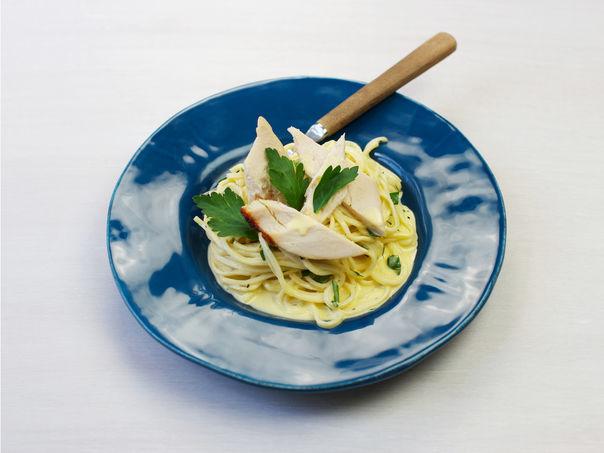 Grillet kylling med pasta og fløtesaus