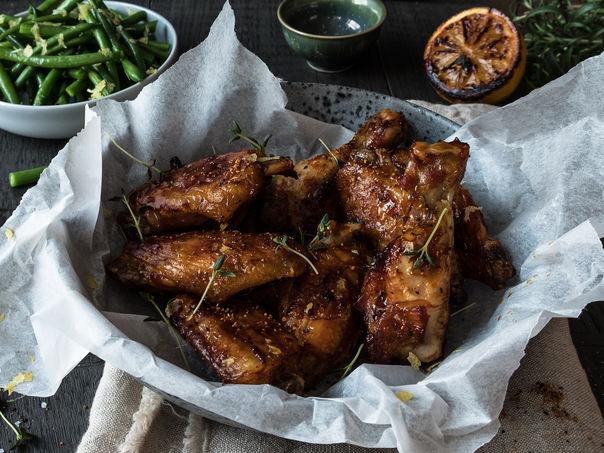 Honningglaserte kyllingvinger med bønnesalat og blåmuggostdip
