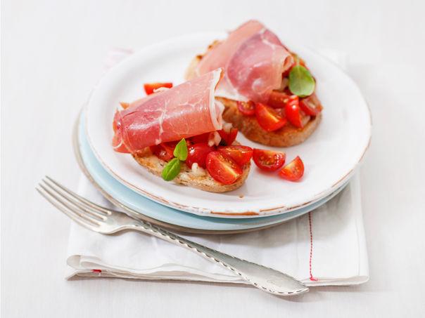 Bruschetta med tomatsalat og serranoskinke