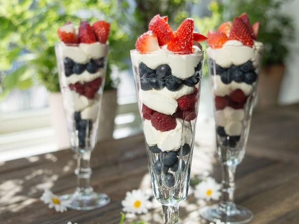 Enkel dessert i rødt, hvitt og blått