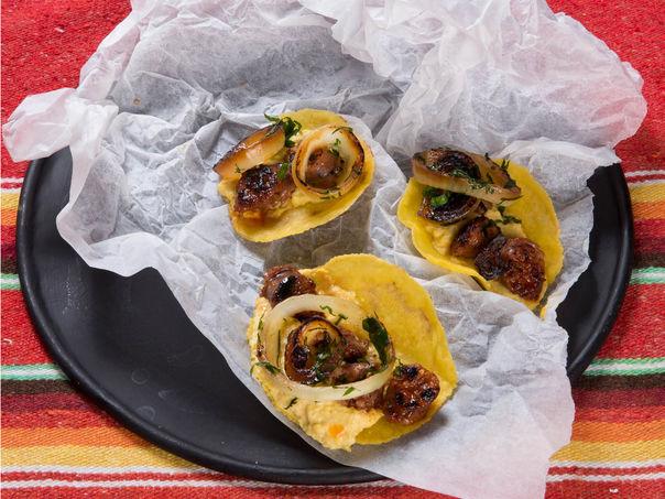 Chorizo-taco med maiskrem og bakt løksalat