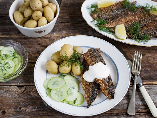 Sprøstekt makrell med agurksalat